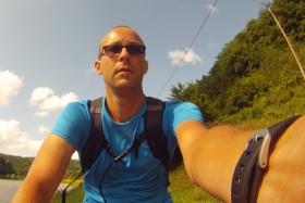 Mit dem Fahrrad auf dem Weg zum Erdrutsch