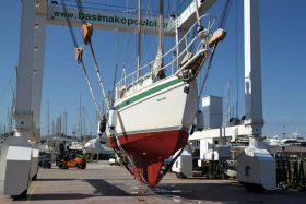 Nomade hängt im 110 Tonnen Lift der Werft.